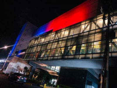 El Instituto Nacional de Cancerología de la Ciudad de México se ilumina de rojo y azul